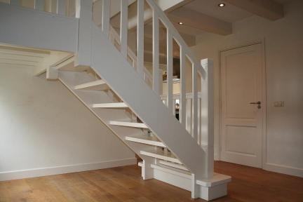 Open houten bordestrap allstairs trappen benelux for Open trap bekleden met hout