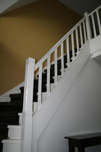Mooie wit gelakte houten dichte kwartslagtrap 5 met loper 5 for Trap hout wit