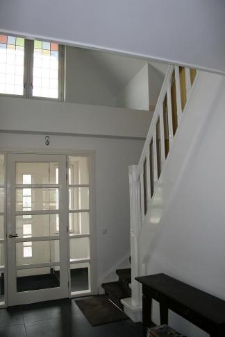 Mooie wit gelakte houten dichte kwartslagtrap 5 met loper 5 for Dichte trap maken