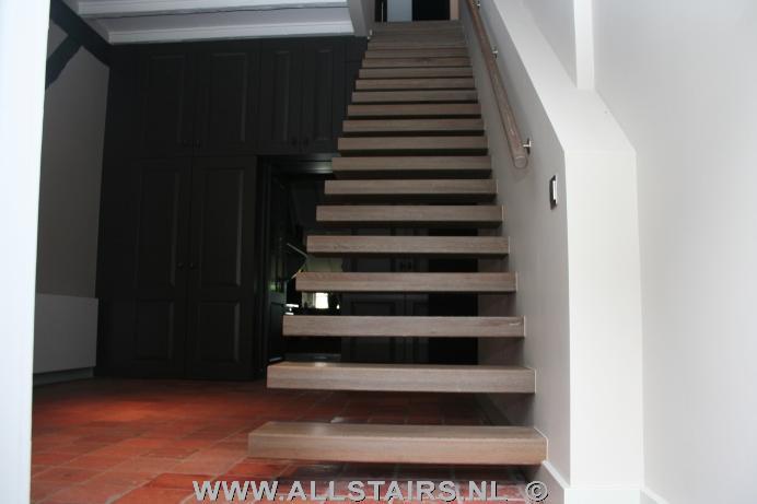 Zwevende eiken houten treden h57 - Moderne houten trap ...