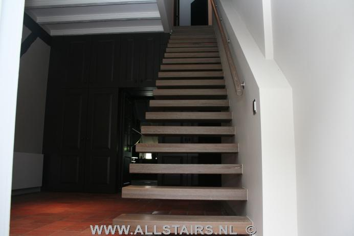 Trap van 15 treden en het maken van een trapkast onder de trap foto anak sma - Aanpassen van een houten trap ...