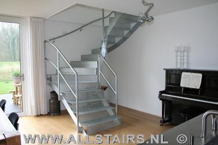 Verzinkte stalen halfslagtrap allstairs trappen benelux for Stootborden trap maken