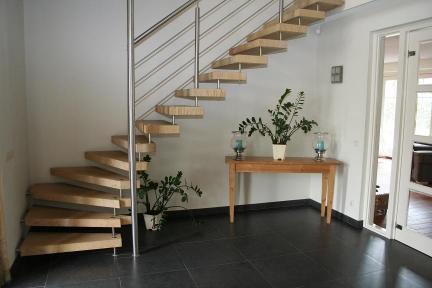 Natuursteentrappen vindt u bij allstairs benelux - Moderne betonnen trap ...