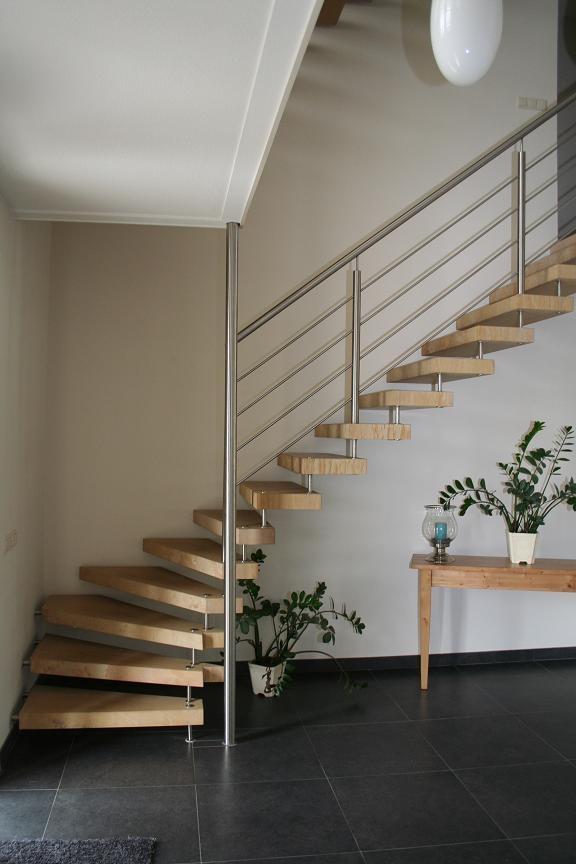 Kwartslagtrappen met vrijdragende goldenstone treden allstairs - Moderne trap kwartslag ...